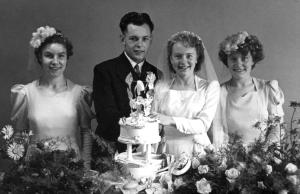 Dennis and Betty Manterfield with bridesmaids Billie and Joyce (21 Aug 1948)