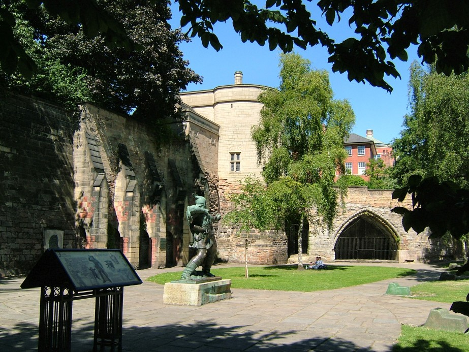 The Robin Hood statue and Nottingham Castle Gatehouse
